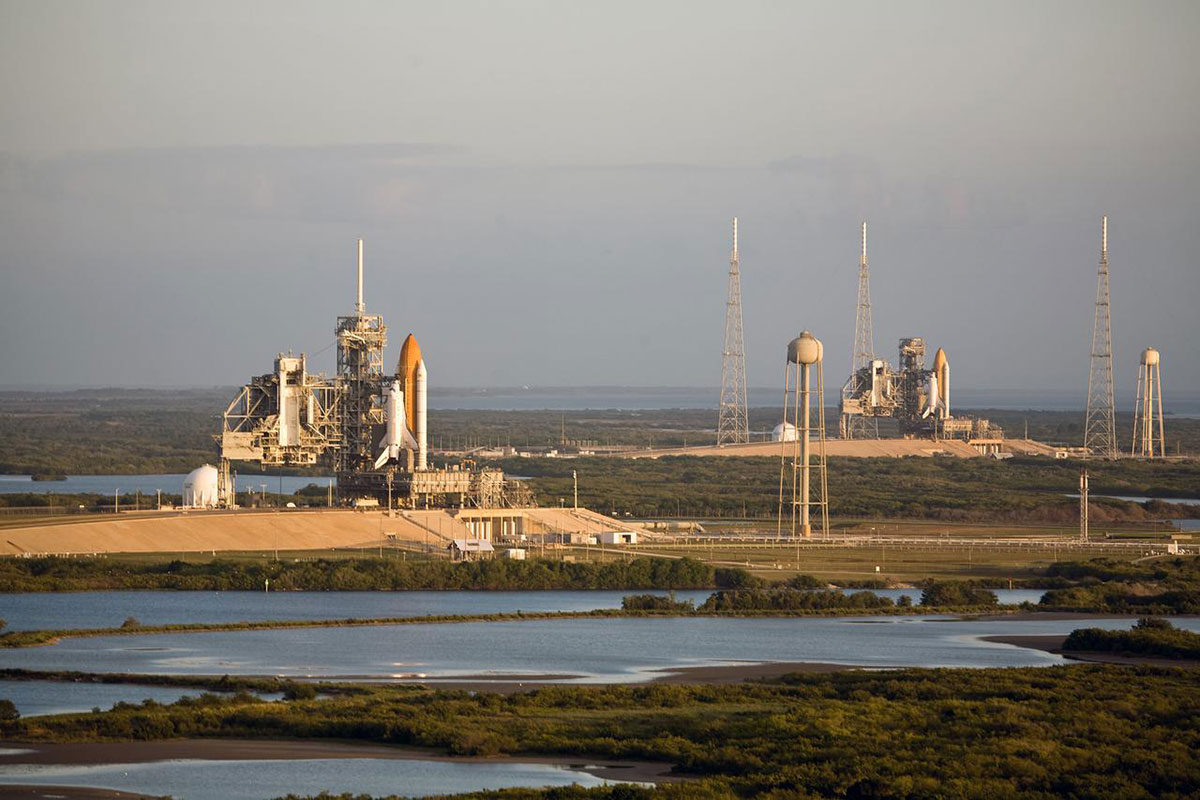 Space shuttles Atlantis (left) and Endeavor (right) on Launch Pads 39A and 39B respectively (2009).