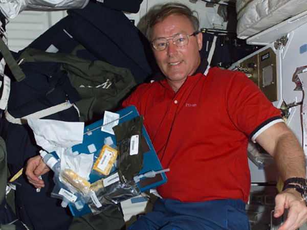 Astronaut Jerry Ross celebrated Thanksgiving 1985 on the obiter Atlantis, with turkey, pumpkin pie and pumpkin bread.