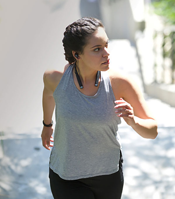 Women runs with an Artificial Inteligence personal trainer